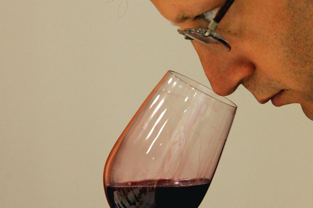 Experto decantando un vino (Foto: istock)