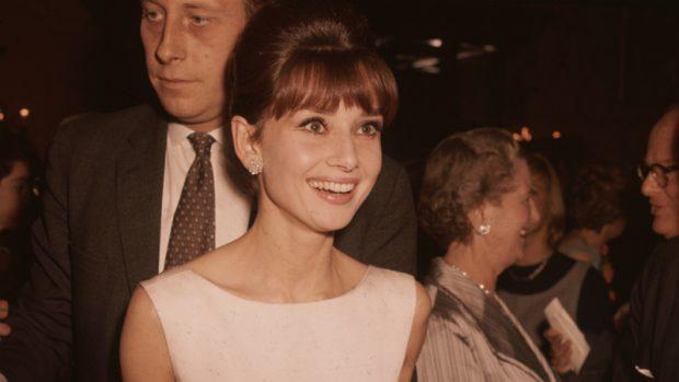 La célebre actriz Audrey Hepburn en una fiesta. (Foto: Getty)