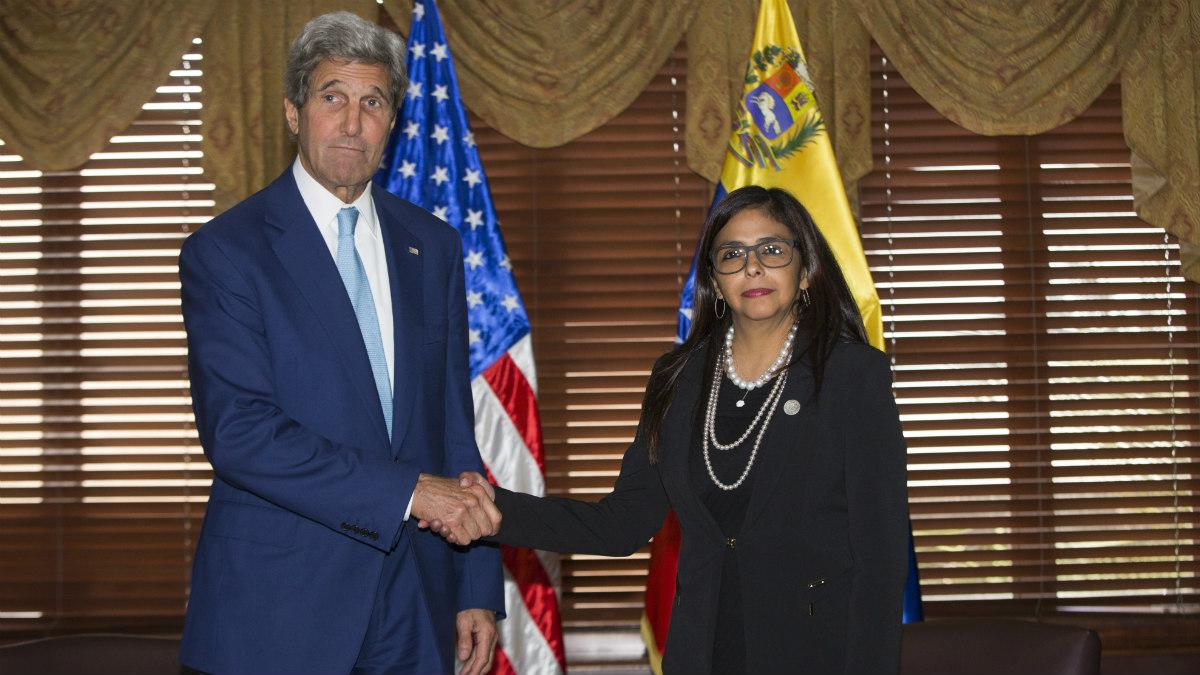 John Kerry y Delcy Rodríguez, durante su encuentro en los márgenes de la OEA. (AFP)