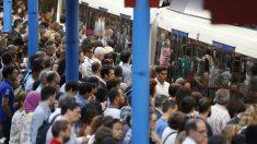 Aglomeración de viajeros en la primera huelga de Metro en Madrid. (Foto: EFE)