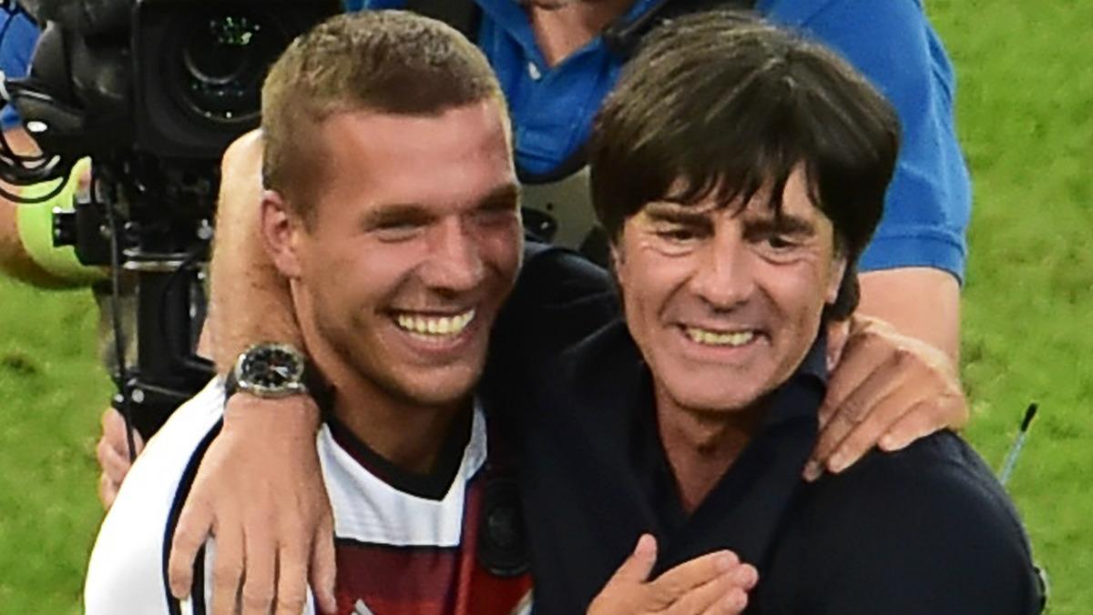 Lukas Podolski junto a Joachim Löw celebran la conquista del Mundial 2014. (AFP)
