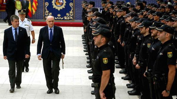 Fernández Díaz y Cosidó pasan revista a la Policía Nacional (Foto: Efe).