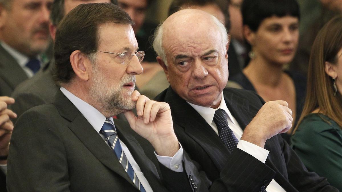 Mariano Rajoy conversa con Francisco Gonzalez, presidente del BBVA, en una fotografía de archivo. (Foto: EFE)