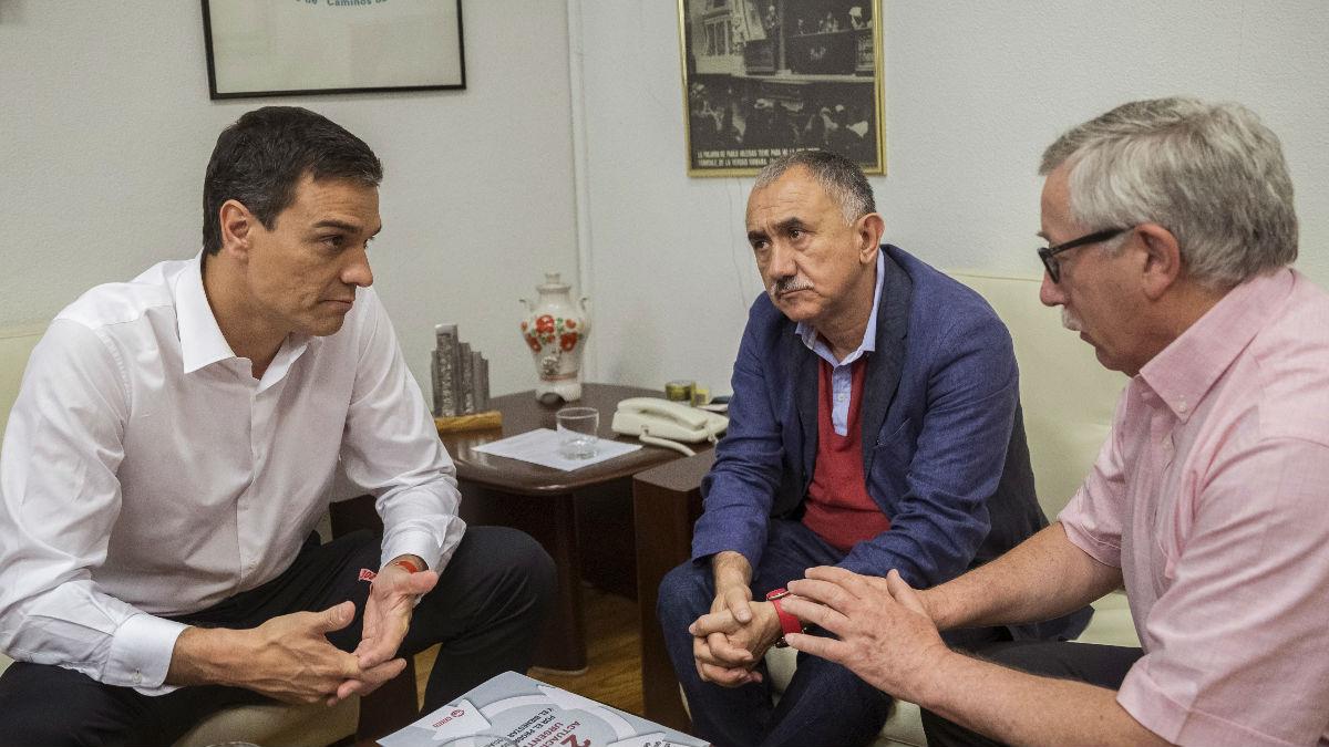 Sánchez con los secretarios generales de los sindicatos. (Foto: EFE)