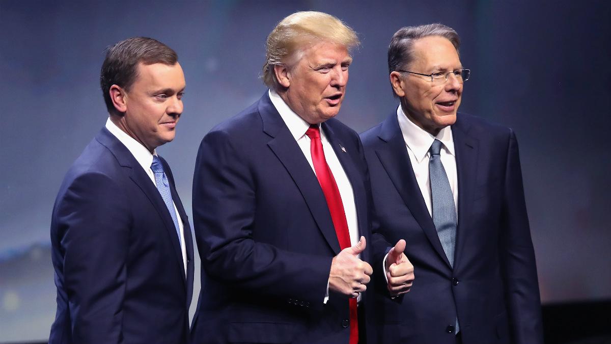 Donald Trump, entre los líderes de la Asociación del Rifle Chris Cox (izqda.) y Wayne LaPierre. (AFP)
