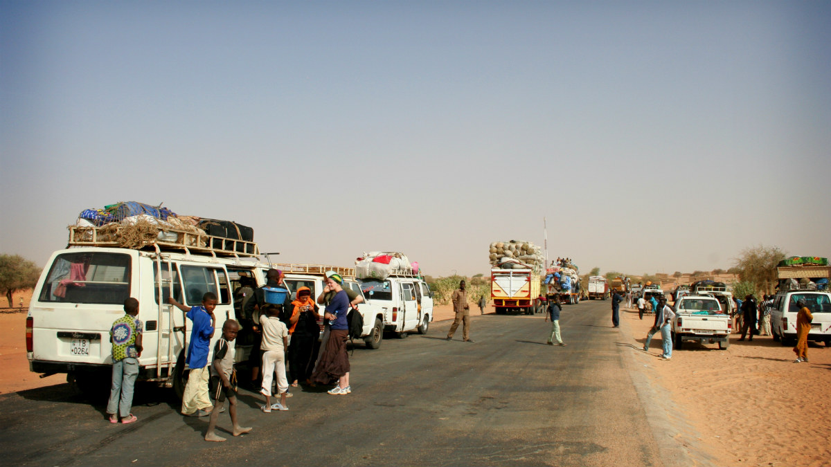 Una caravana de refugiados pasa por Agadez, en el desierto de Níger. (Joris-Jan van den Boom)