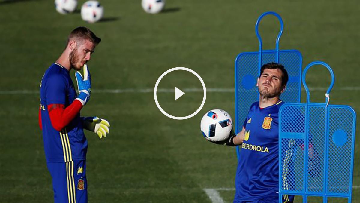 De Gea, junto a Casillas en un entrenamiento de la selección. (Reuters)
