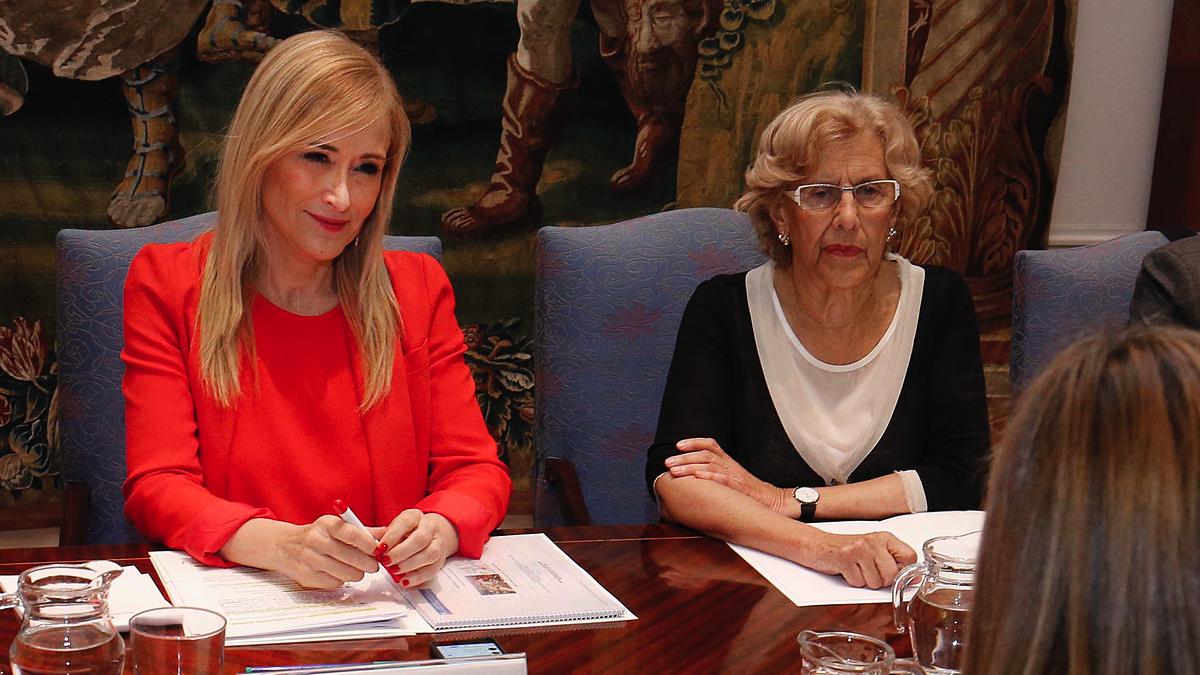 La presidenta autonómica, Cristina Cifuentes y la alcadesa de Madrid, Manuela Carmena. (Foto: CAM)