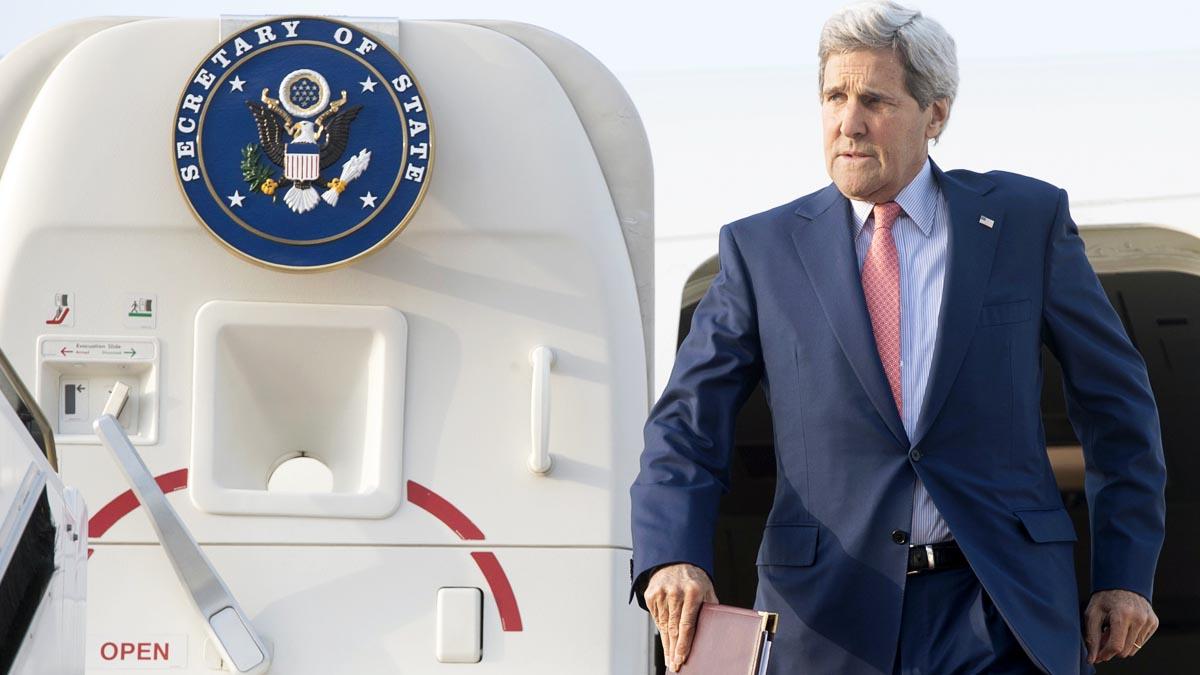 John Kery sale de su avión oficial en un reciente viaje (Foto: Reuters)