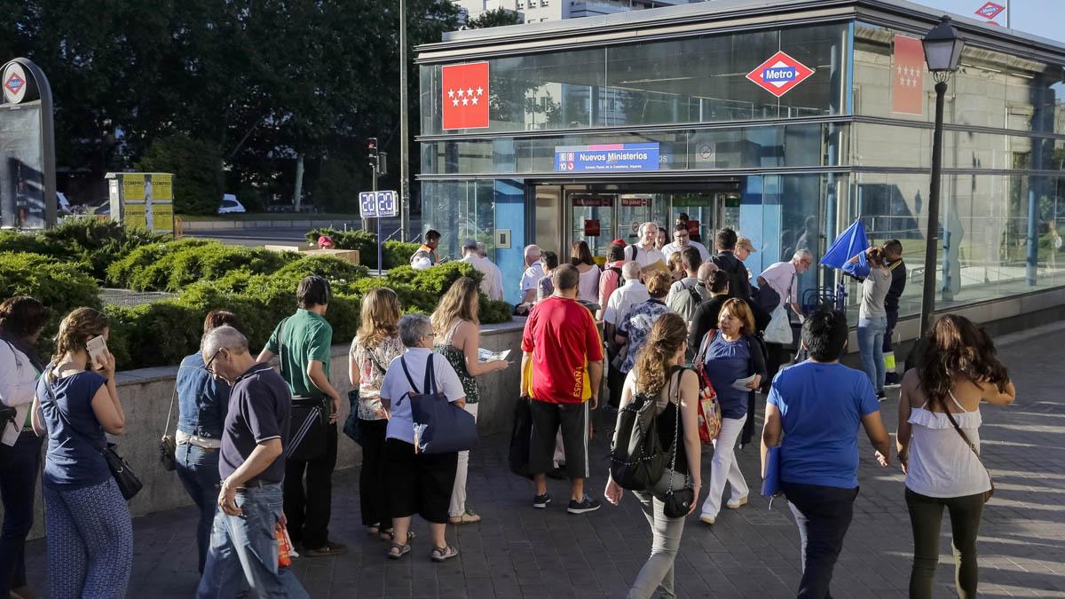 Los usuarios de Metro de Madrid sufren retrasos y aglomeraciones por la huelga. (Foto: EFE)