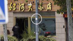 Un policía entra en el restaurante chino en el que el Inspector se quitó la vida. (Foto: EFE)