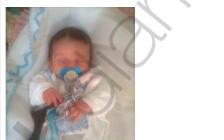 Un bebé con pistola en su cuna, en el perfil de Alkahit.