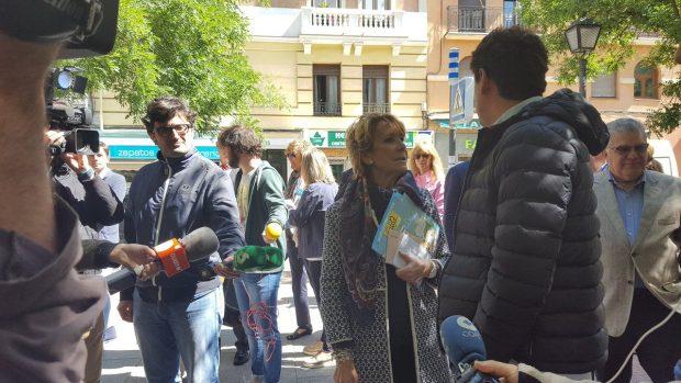 Esperanza Aguirre hablando con empresarios con terrazas en la zona de Retiro. (Foto: PP)
