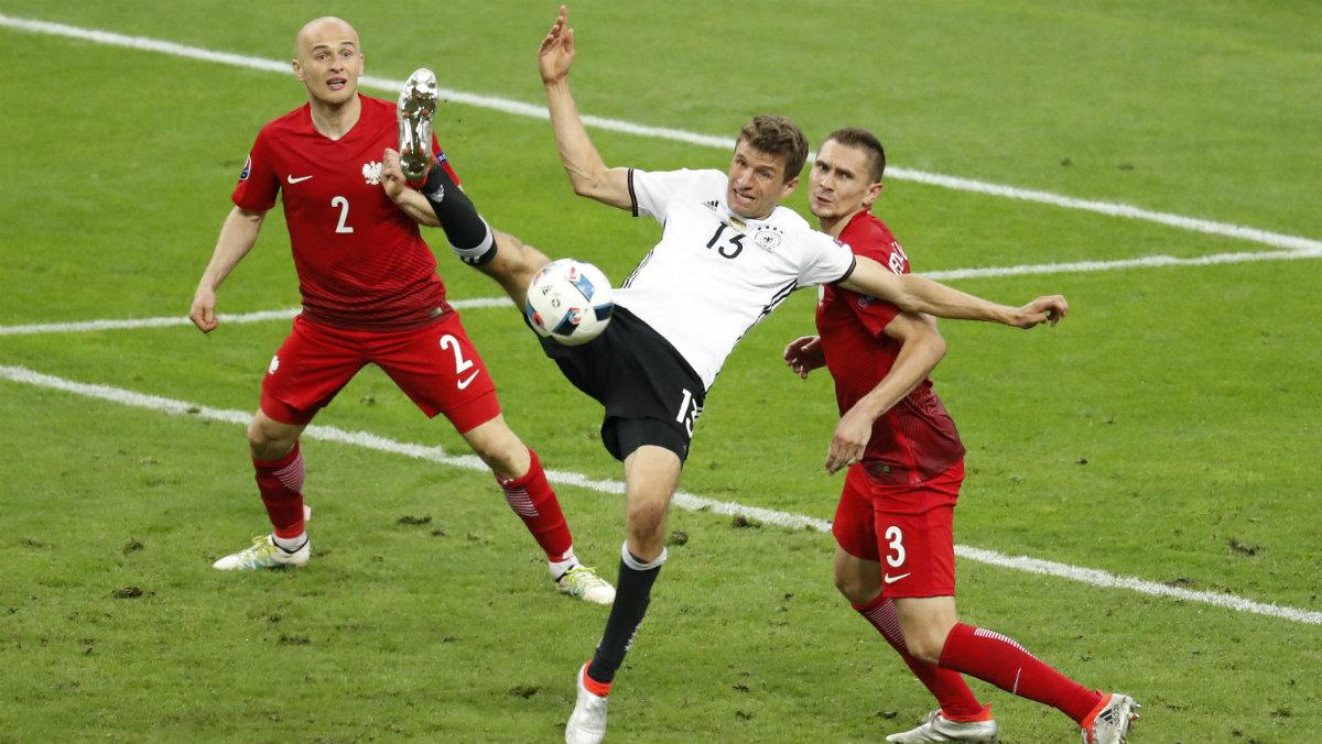 Müller pelea un balón durante el Alemania-Polonia. (Reuters)