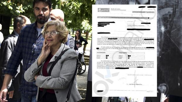 Manuela Carmena junto a la carta enviada a los propietarios de terrazas legales. (Foto: AFP)