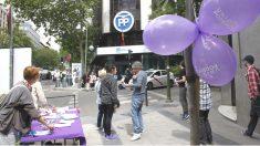 Mesa de Podemos frente a la sede del PP.
