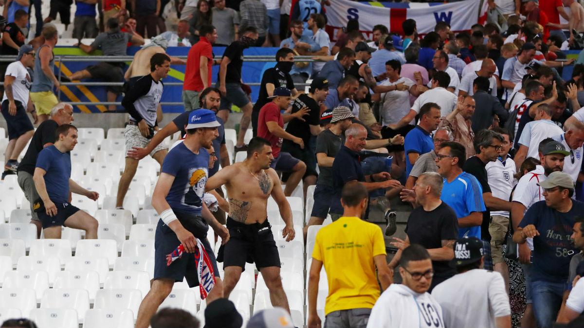 Ultras rusos intentan agredir a ingleses en el partido de Marsella. (Reuters)