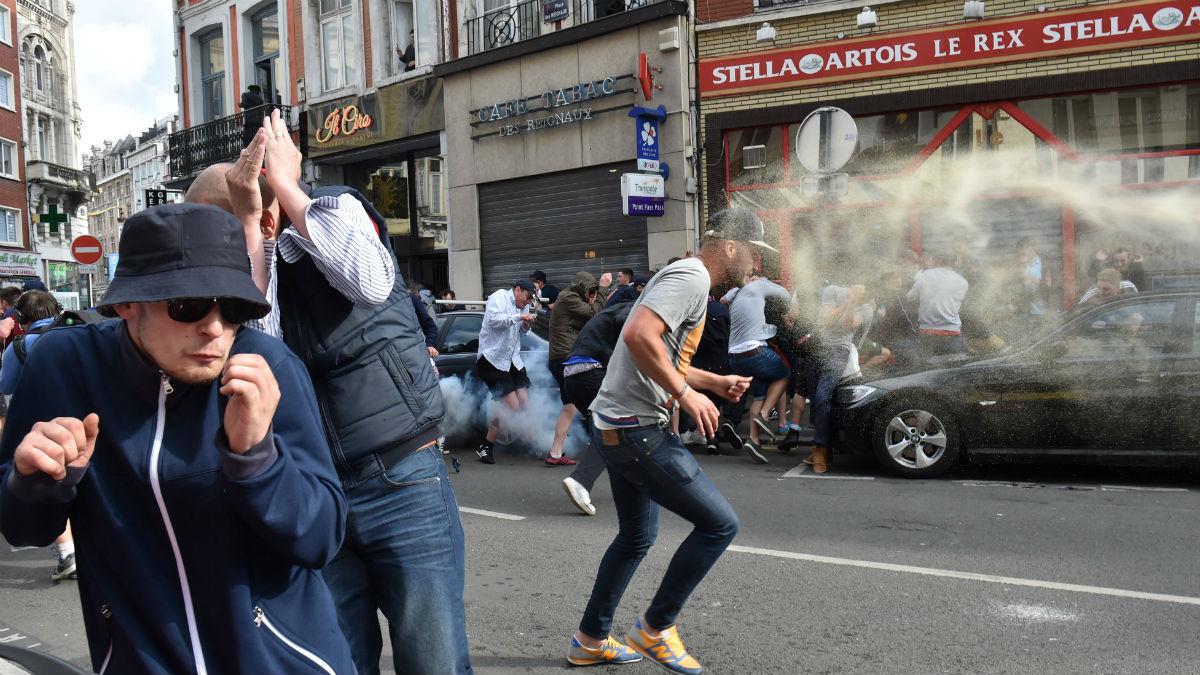 La policía dispersa con gas lacrimógeno a los ultras rusos. (AFP)