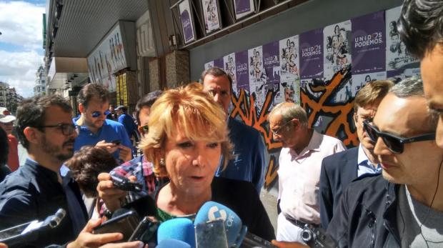 Aguirre ante la prensa en Chamberí. (Foto: Madrid)