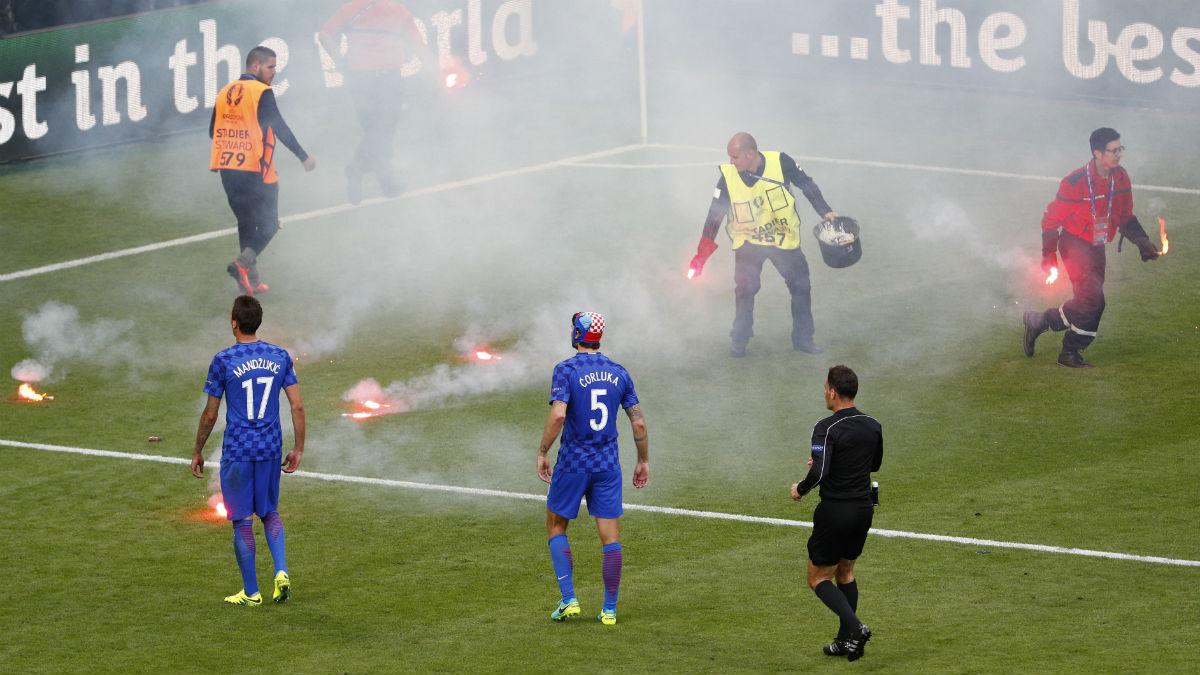 Ultras de Croacia arrojan bengalas al campo. (Reuters)