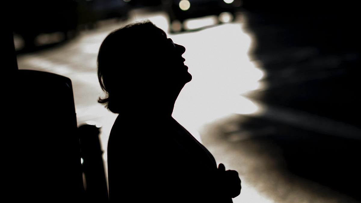 La alcaldesa Carmena en penumbra. (Foto: AFP)