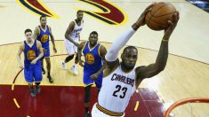 LeBron James machaca el aro ante la defensa de los Warriors. (Getty)