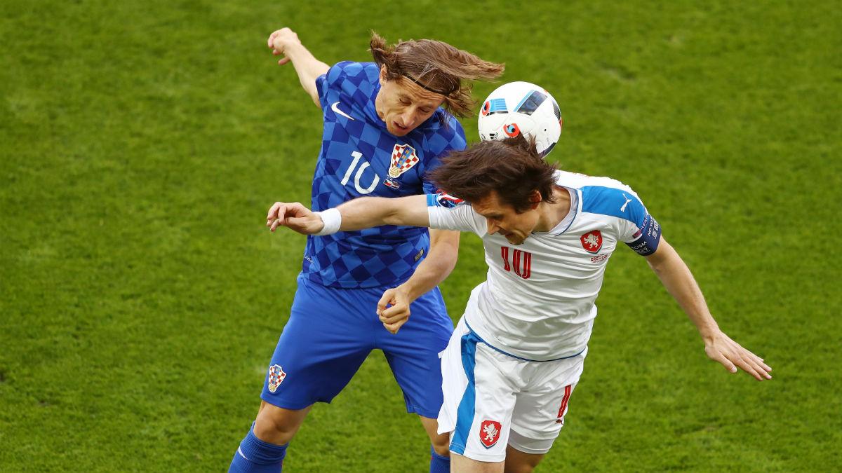 Luka Modric lucha con Rosicky en un balón dividido. (Getty)