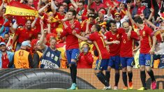 Los jugadores de España celebran el gol ante la República Checa. (Reuters)