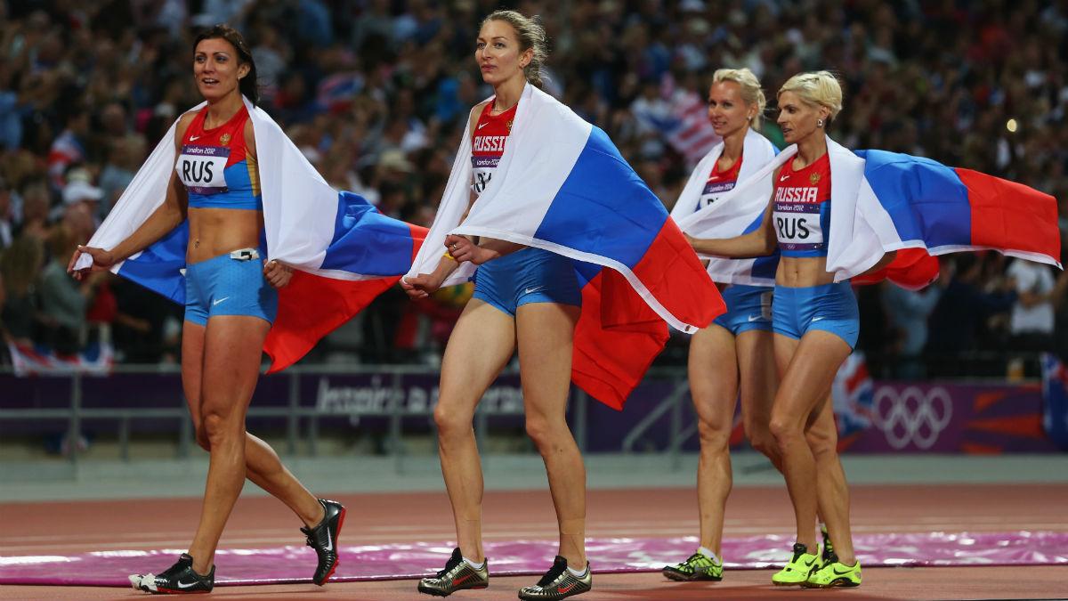 Atletas rusas dan la vuelta de honor al estadio olímpico de Londres.