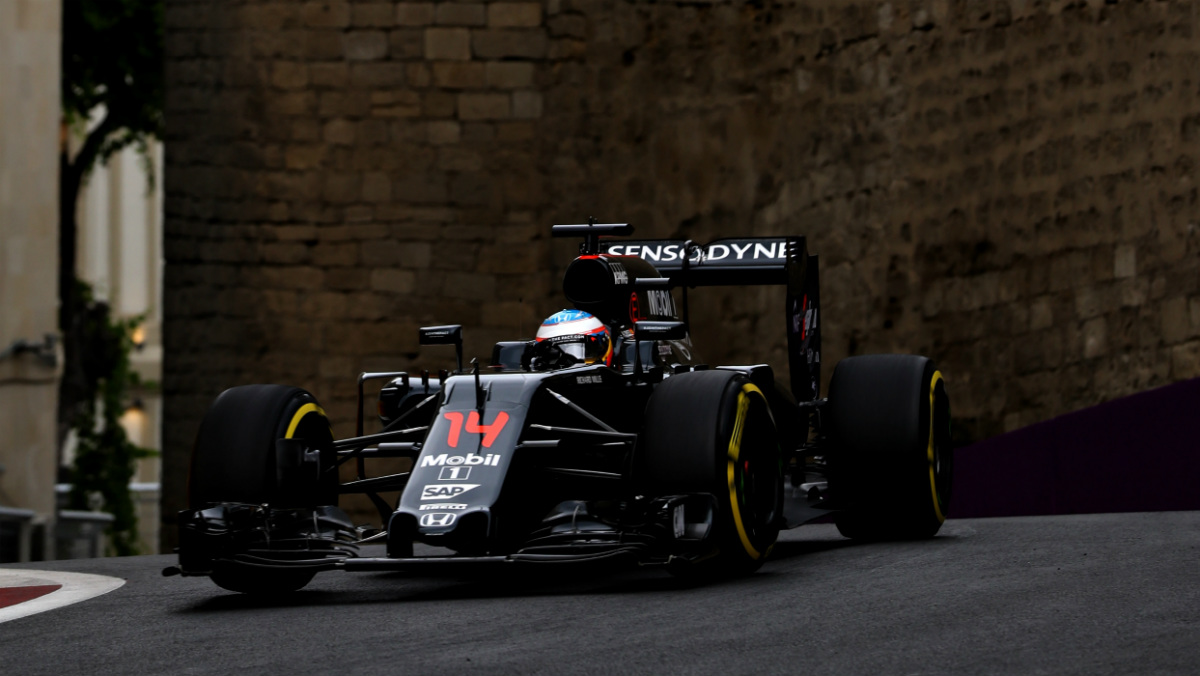 Fernando Alonso, en una zona amuralla de Bakú. (Getty)