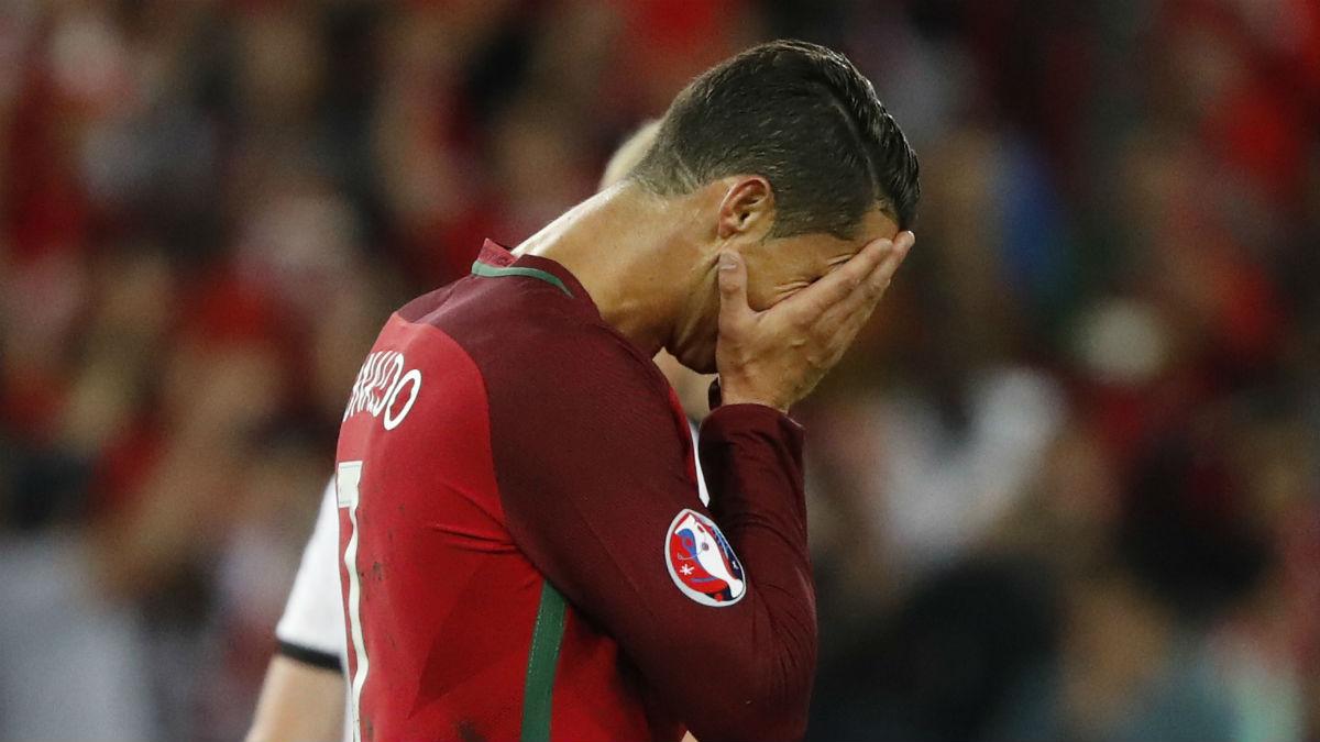 Cristiano Ronaldo se lamenta tras fallar el penalti contra Austria. (Reuters)