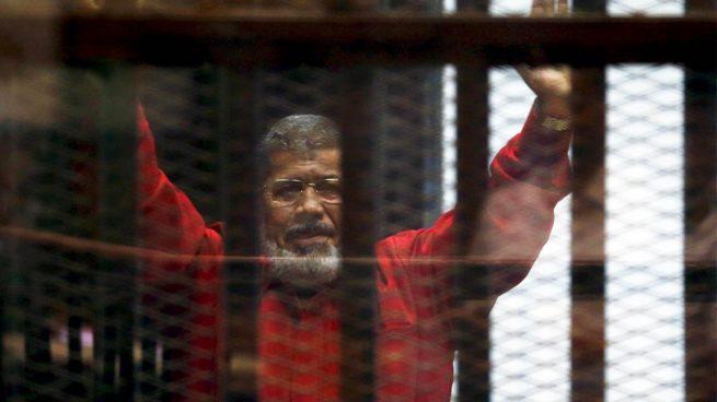 El expresidente egipcio Mursi, condenado a 25 años de prisión por espiar para Qatar