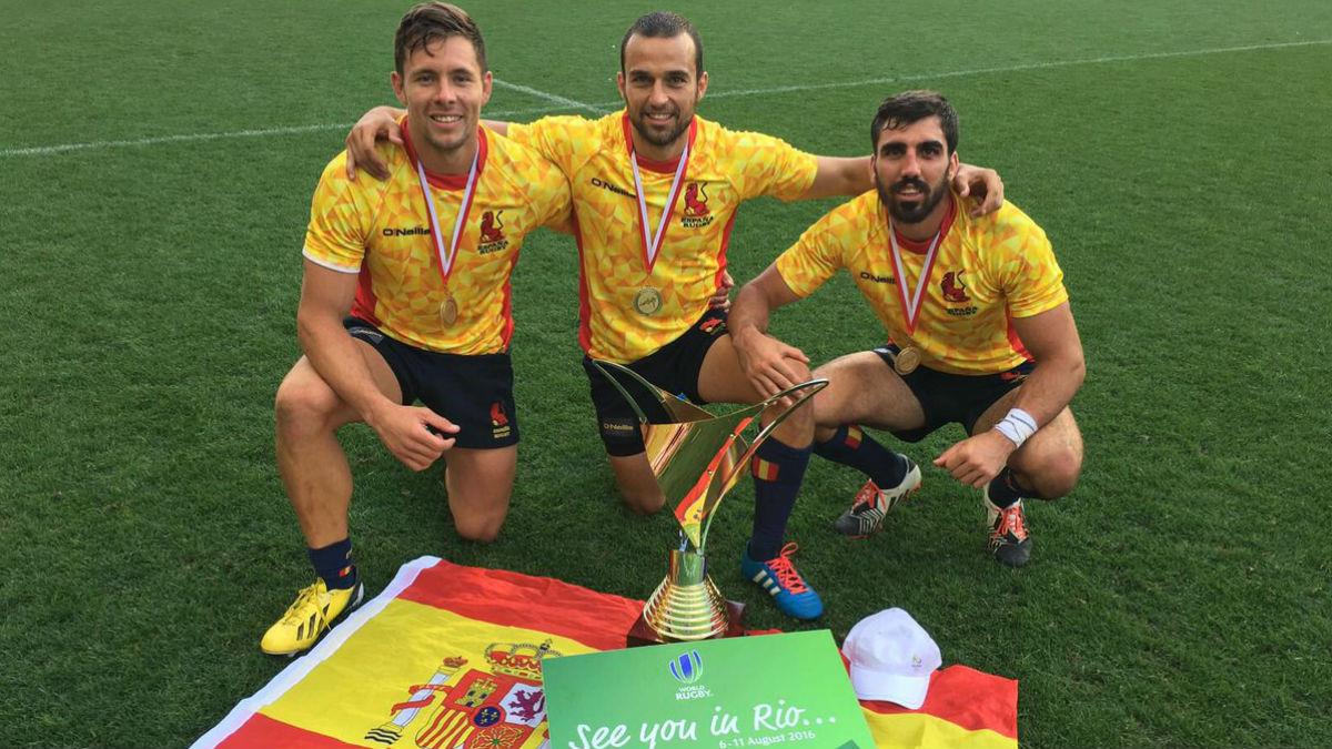 Ignacio Martín, en el centro, junto a otros dos integrantes del equipo español de rugby 7. (Twitter: WorldRugby7s)
