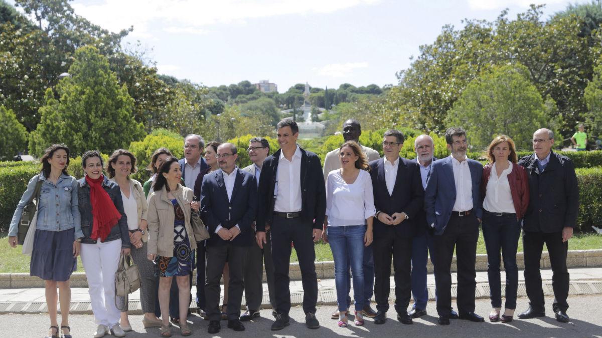Pedro Sánchez con sus ministrables en Zaragoza. (Foto: EFE)