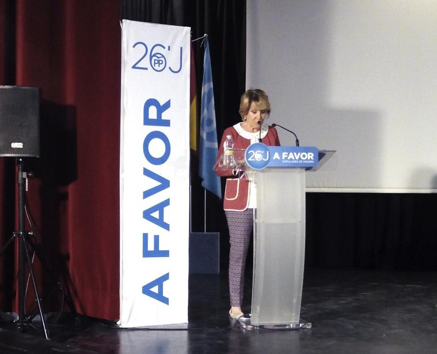 Aguirre con venezolanos en la campaña del 26J. (Foto: PP)