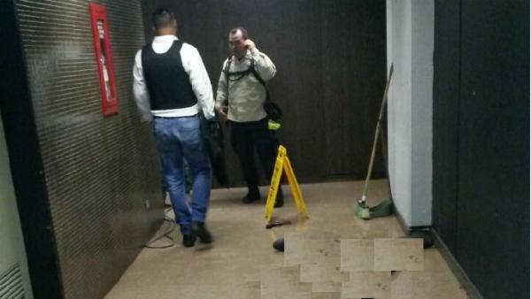 Sede del Banco central de Venezuela, asaltado este lunes, con el cadáver abajo, pixelado. (Daniel Colina)