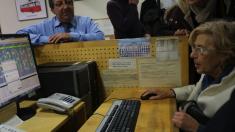 La exjueza Carmena usando un ordenador. (Foto: Madrid)