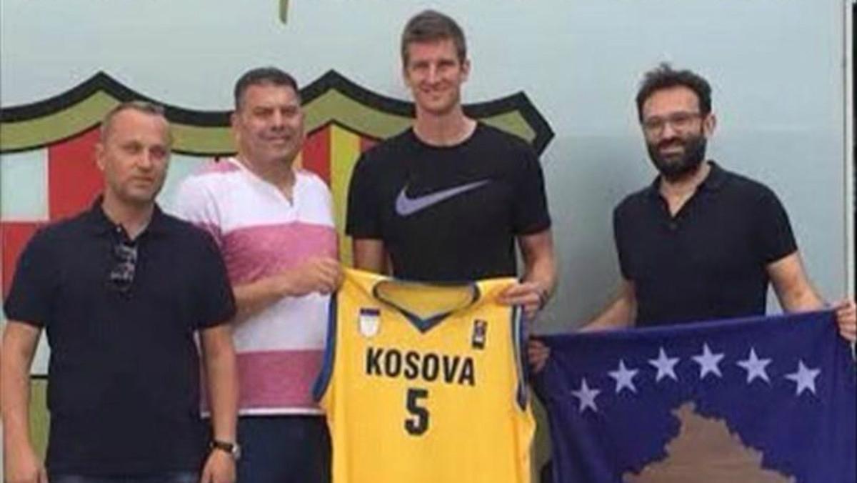 Justin Doellman posa con la camiseta de Kosovo. (Gazzeta Express)