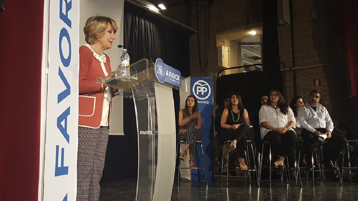 Esperanza Aguirre con venezolanos en un acto en El Retiro. (Foto: PP)