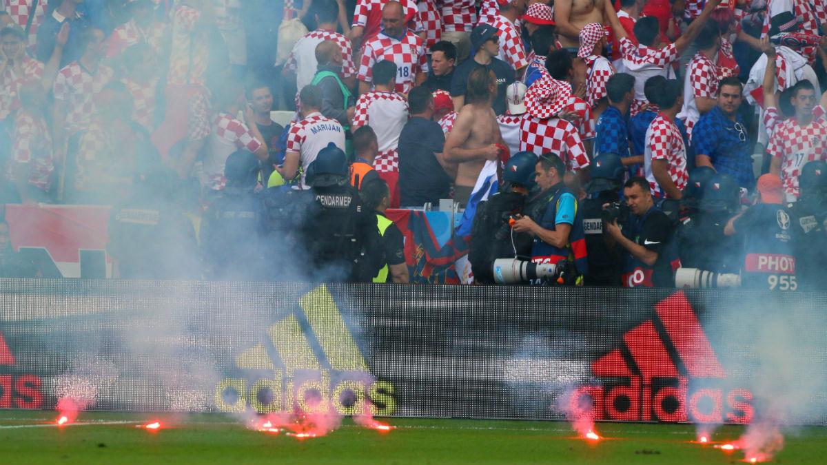 Ultras croatas lanzando bengalas en el partido ante la República Checa