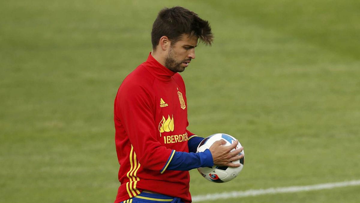 Piqué, en un entrenamiento con la Selección. (Reuters)