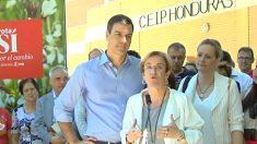 Pedro Sánchez acompañado por Puri Causapié y Zaida Cantera en un acto.