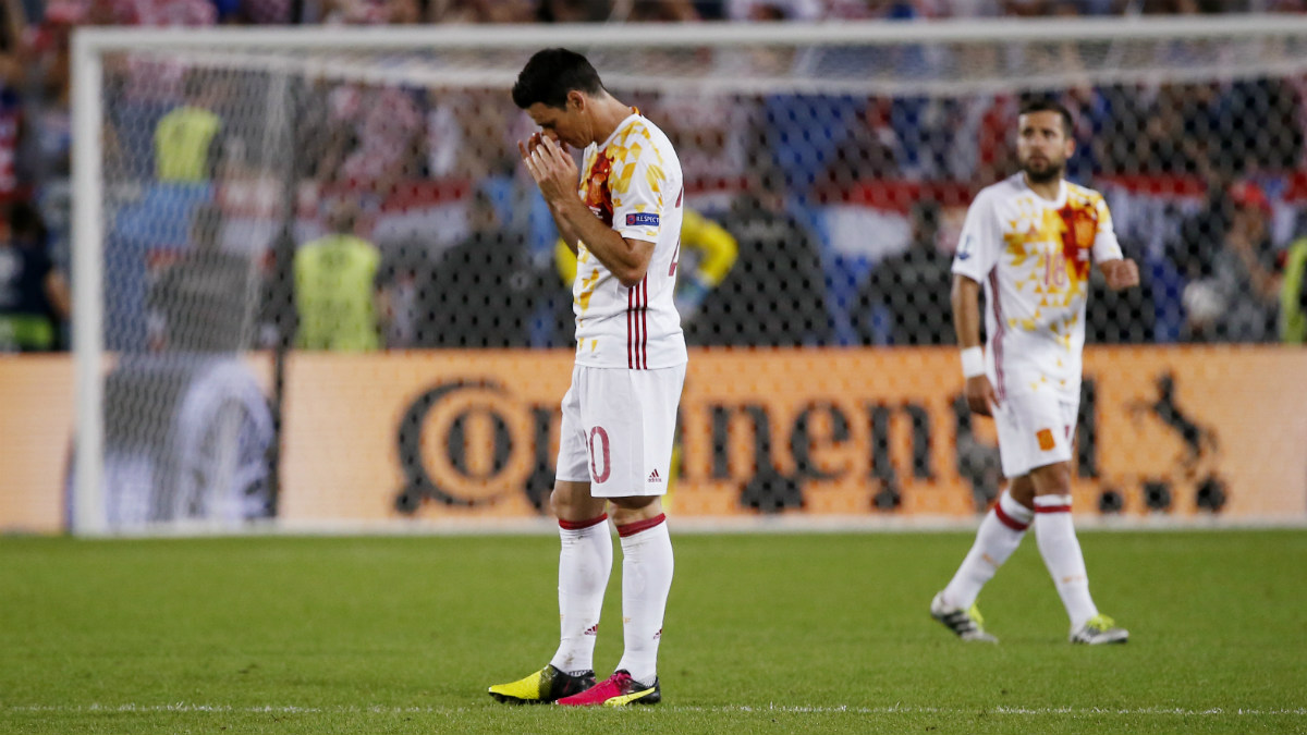 Aduriz y Jordi Alba se lamentan tras perder ante Croacia. (Reuters)