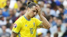 Ibrahimovic se lamenta tras la derrota ante Italia. (Reuters)