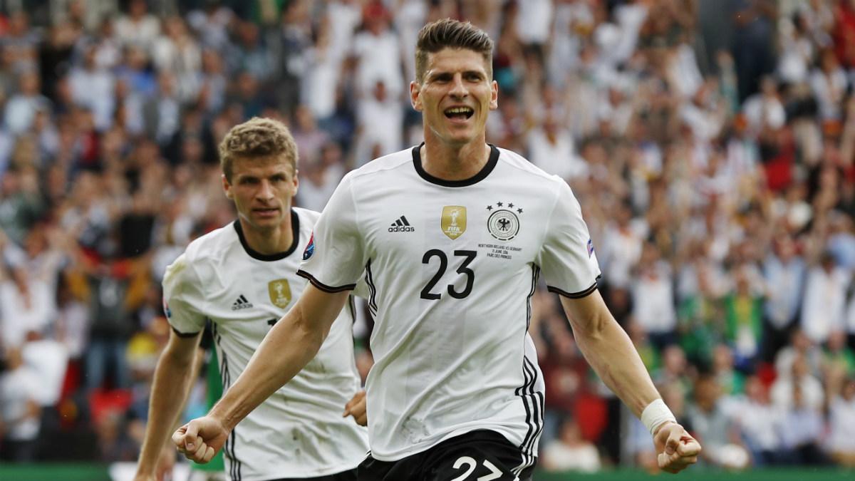 Mario Gómez celebra el gol que dio la victoria a Alemania. (Reuters)