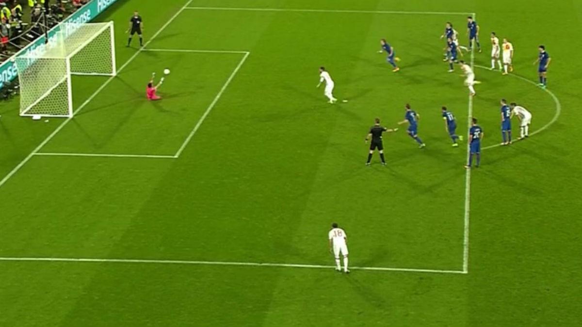 Ramos lanza contra un Subasic totalmente fuera de su portería.