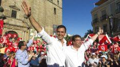 El líder del PSOE, Pedro Sánchez (i), junto al presidente extremeño, Guillermo Fernández Vara (d). (Foto: EFE)