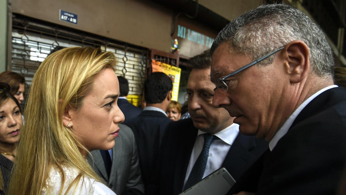 Lilian Tintori, esposa de Leopoldo López, junto a Alberto Ruiz-Gallardón en Caracas. (AFP)