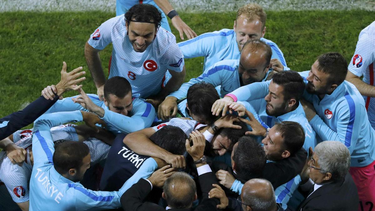 Turquía celebra el segundo gol ante República Checa. (Reuters)