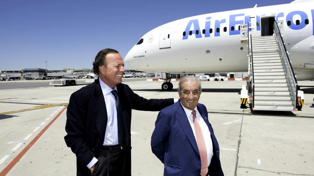Julio Iglesias junto al presidente de Globalia, Juan José Hidalgo.